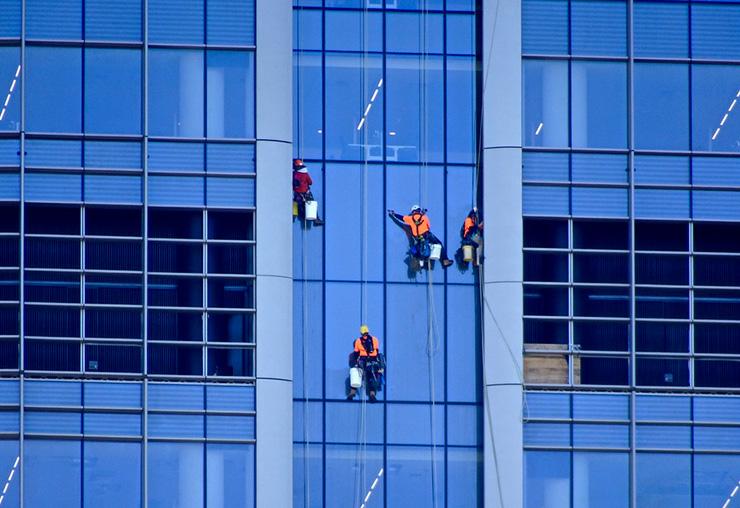 Entre sensations fortes et salaire confortable : le laveur de vitres des gratte-ciel