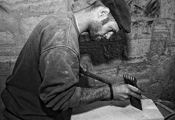 En taillant la pierre, il bâtit son métier